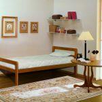 мебель из массива дерева в комнате каркас