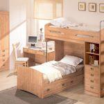 кровать из дерева в комнате каркас