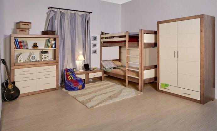 кровать из дерева в комнате