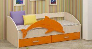 кровать с изображением дельфина в комнате