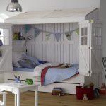 дизайнерская детская кроватка в квартире