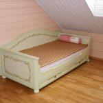 кроватка из массива дерева в комнате сборка