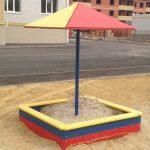 квадратная детская песочница на даче ручной сборки