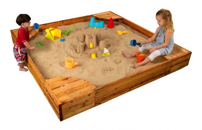 цветная песочница во дворе из подручных средств