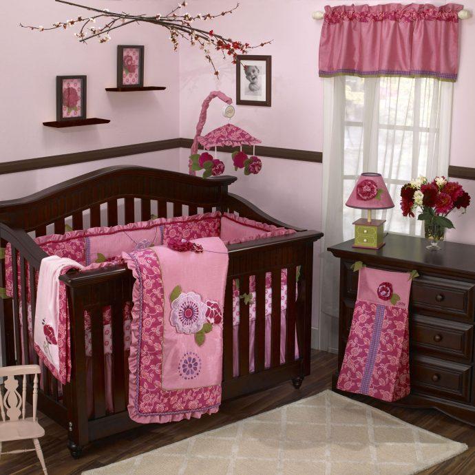широкая кроватка в комнате