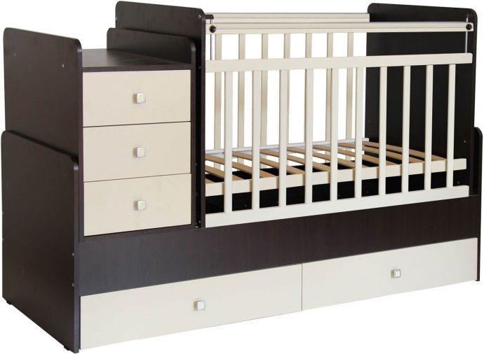 яркая кровать трансформер для малыша