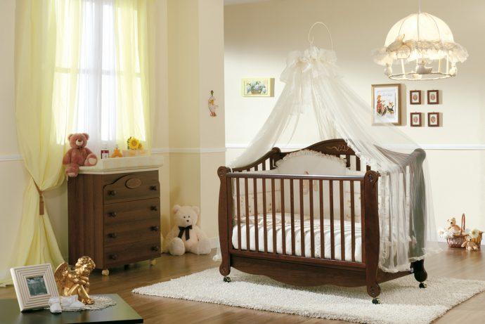 узкая детская кроватка в интерьере комнаты