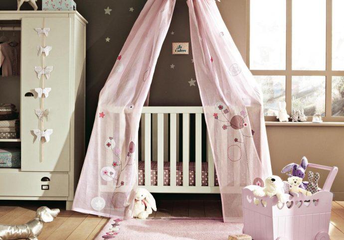 маленькая детская кроватка в комнате