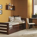 кровать из массива дерева в комнате каркас