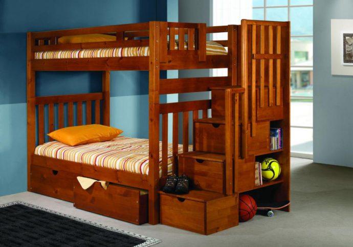 кровать из сосны в интерьере комнаты