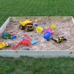 конструкция детской песочницы во дворе на даче с сиденьями
