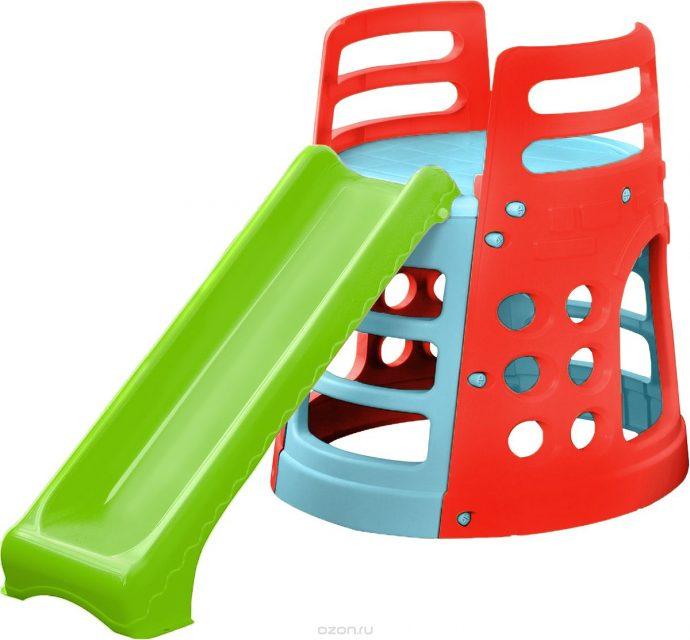 цветная детская горка установлена вертикально для игр