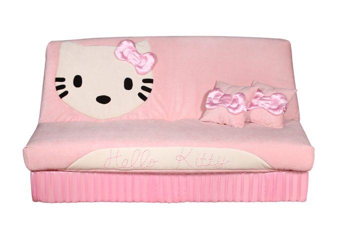 яркая кровать для ребенка в комнате фото