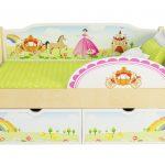 красивая диван кроватка для ребенка в комнате фото пример