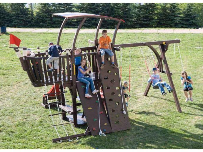 просторная площадка для детей из подручных материалов
