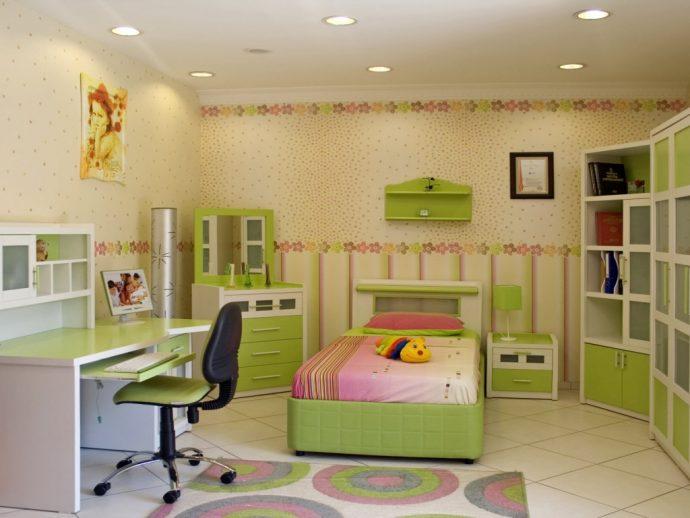 яркая детская комната небольших размеров фото