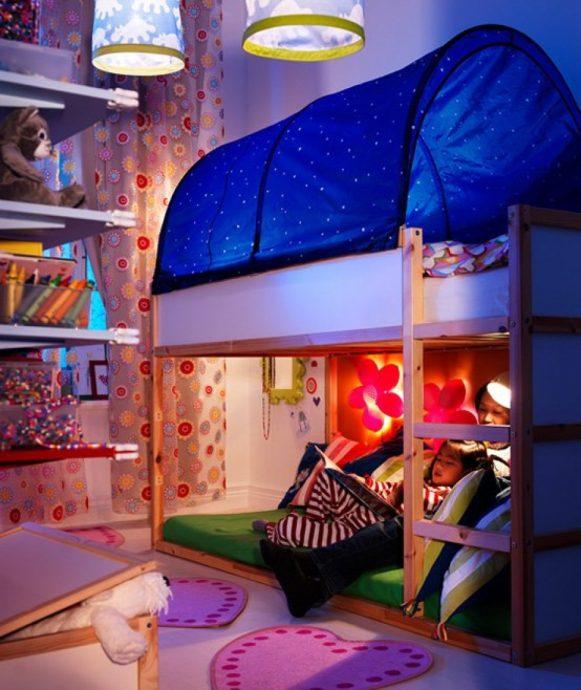 светлая детская кроватка в детской комнате