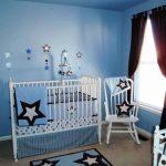 железная детская кроватка в комнате