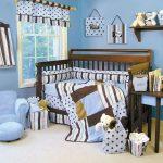 светлая детская кроватка в комнате