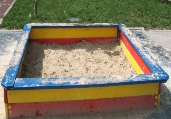 большая песочница на улице ручной сборки
