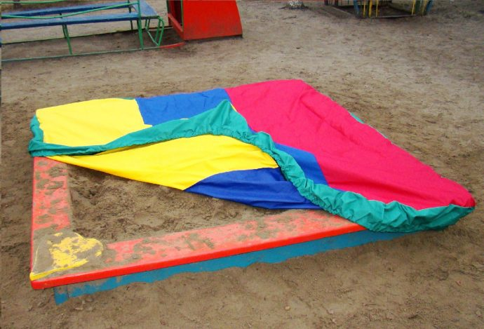 монтаж детской песочницы во дворе с сиденьями