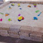конструкция песочницы во дворе на даче без зонта