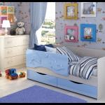 конструкция кроватки дельфин для детей в светлых тонах