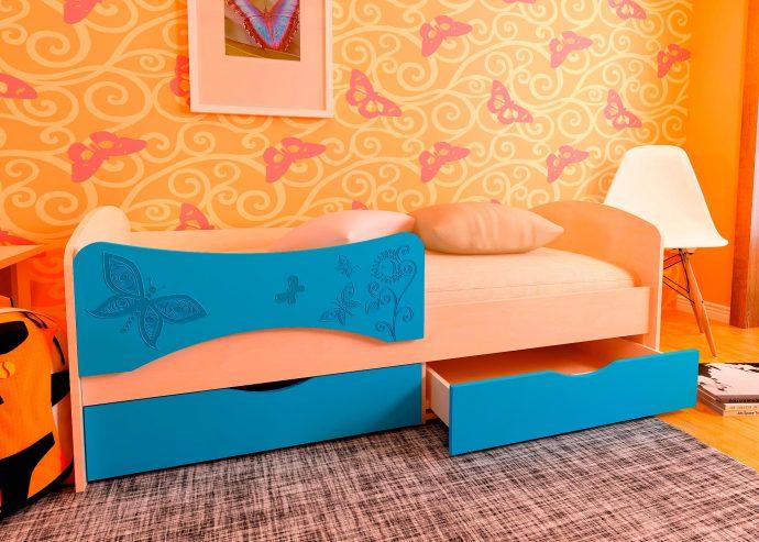 дизайн кроватки дельфин для малыша в теплых тонах