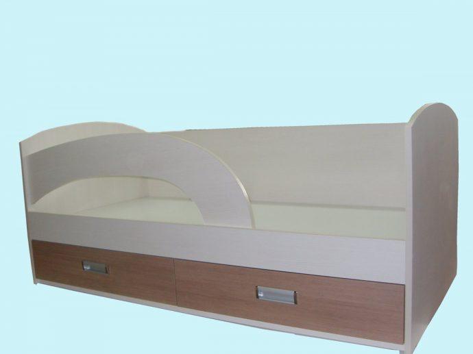 пример кроватки для детей в ярких тонах
