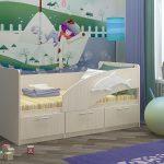 пример кроватки для малыша в теплых тонах