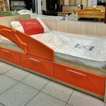 пример кроватки дельфин для ребенка в ярких тонах