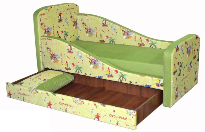 дизайн кроватки дельфин для малыша в светлых тонах