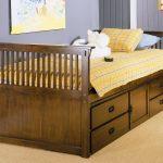 декор кроватки с выдвижными полками
