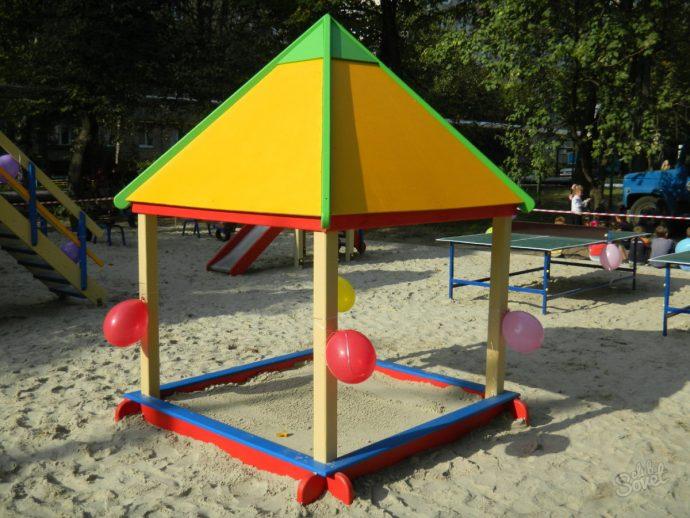пример детской песочницы во дворе без зонта