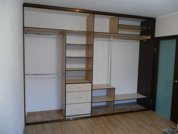 пристенный шкаф в прохожую комнату