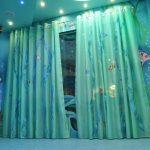 прозрачные шторы в спальню для девочки в интерьере комнаты картинка