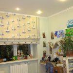 светлые шторы в комнату для мальчика в интерьере спальни фото