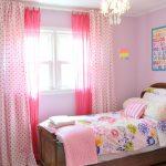 цветные шторы в детскую комнату для девочки в интерьере комнаты картинка