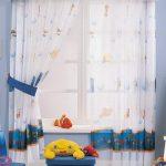 светлые шторы в комнату в интерьере картинка