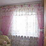 светлые шторы в спальню в интерьере комнаты картинка