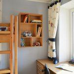 яркие шторы в спальню в интерьере комнаты картинка