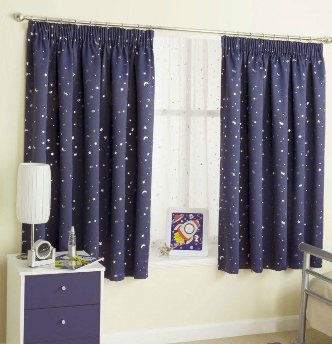 светлые шторы в детскую комнату для мальчика в интерьере