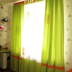 цветные шторы в спальню для мальчика в интерьере комнаты фото