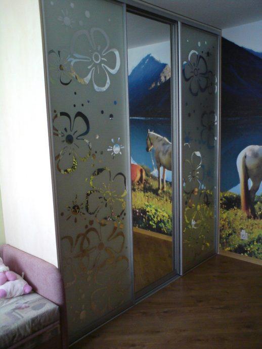 зеркальный раздвижной шкаф купе в детскую спальню