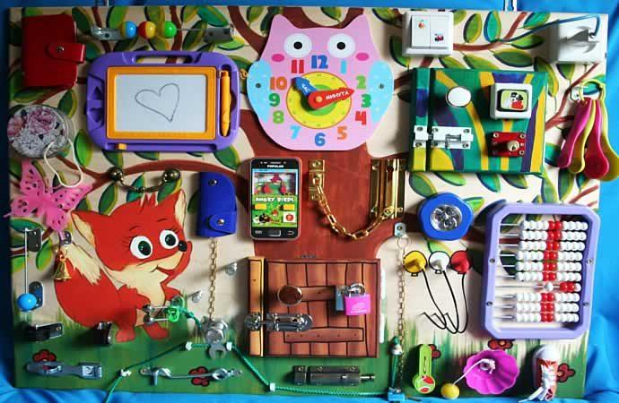 красивая игровая доска для малыша с замочками