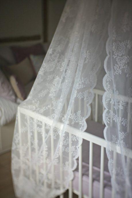 красивый накидка на кроватку в интерьере комнаты