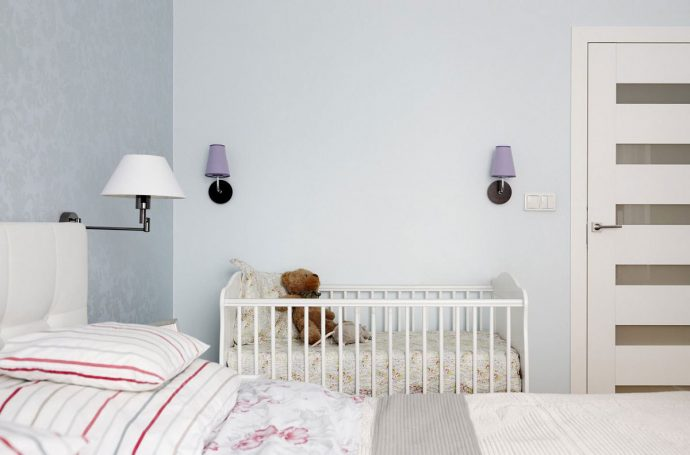 широкая детская кровать в интерьере комнаты