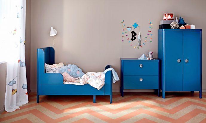 узкая детская кровать в интерьере комнаты