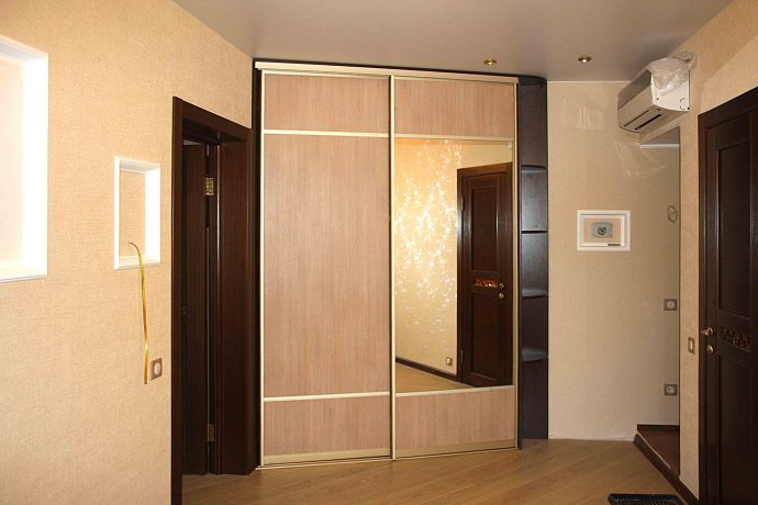 широкий шкаф в прохожую комнату