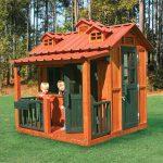 конструкция игрового домика из дерева во двор